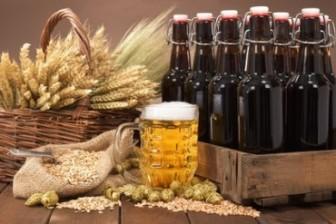 Bierkasten mit Bierflaschen