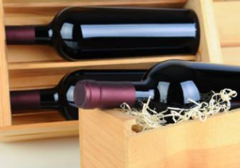 Weinflaschen in Holzkisten